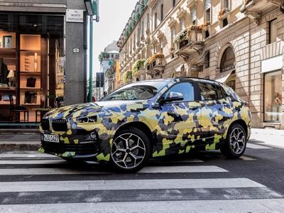 BMW X2 camuffata nella settimana della moda di Milano